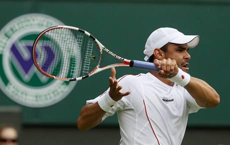 Kolumbijský tenista Alejandro Falla při zápase proti Federerovi ve Wimbledonu.