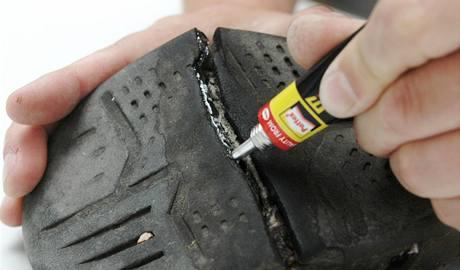 Naneste housenku pružného lepidla Repair Extreme