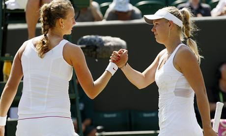 Petra Kvitová se zdraví s Caroline Wozniackou po duelu 4. kola Wimbledonu