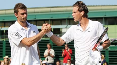 Daniel Brands (vlevo) gratuluje Tomáši Berdychovi k postupu do čtvrtfinále Wimbledonu