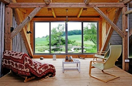 Jedna ze čtyř teras je na půdě nad stodolou. Je z ní nádherný výhled na zahradní rybníček