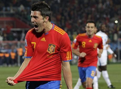 KONEČNĚ! David Villa se raduje z prvního gólu Španělů na šampionátu.