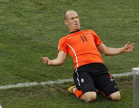 DALŠÍ GÓL LEVAČKOU. Nizozemský záložník Arjen Robben vyzrál na obránce soupeře opět svým typickým způsobem - kličkou doleva a ránou levačkou.