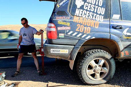 Sobota 19.06. Už jednou opravovaná pneumatika nás opět zradila, 110 km před cílem dnešní trasy