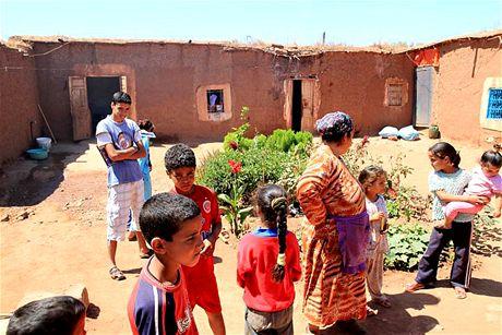 Neděle 20.06. Nádvoří domu v typické marocké vesnici nedaleko Marakéše