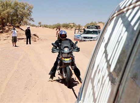 Středa 23.06. Noidovy v písku odešla spojka, na kurtě musíme dotáhnout stroj do 6 km vzdálené vesnice