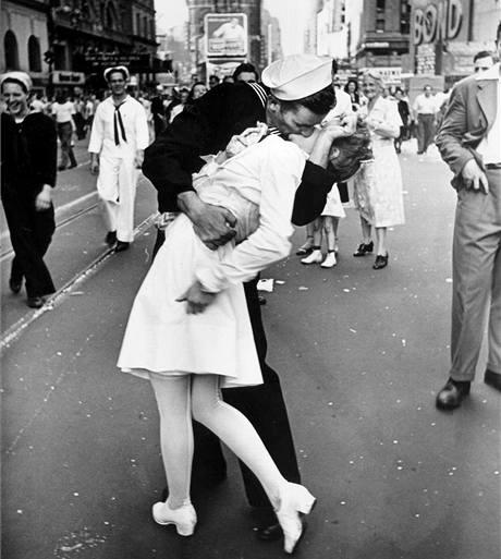 Americký námořník líbá zdravotní sestru na Times Square v New Yorku poté, co prezident Truman oznámil kapitulaci Japonska. (14. srpna 1945)