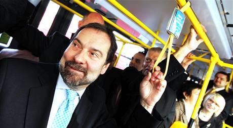Předseda VV Radek John přijel na první jednání Sněmovny tramvají. (22. června 2010)