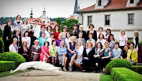 Společné fotografování poslankyň v pražské Valdštejnské zahradě.
