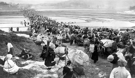 Tisíce jihokorejských uprchlíků uteklo ze severní části země, kam se přesunuly hlavní boje. (leden 1951)