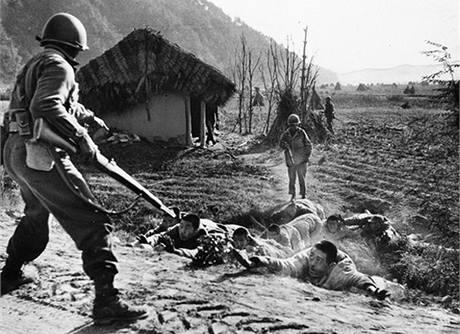 Američtí vojáci zadrželi severokorejské bojovníky nedaleko 38. rovnoběžky. Ta rozdělovala zemi od konce II. světové války na sever a jih.