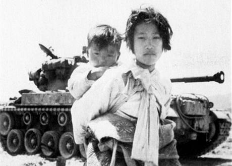 Korejská dívka se svým bratrem u amerického tanku M26. (9. července 1950)