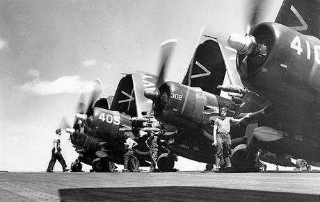 Přípravy na invazi na americké letadlové lodi ve Filipínském moři. (červen 1950)