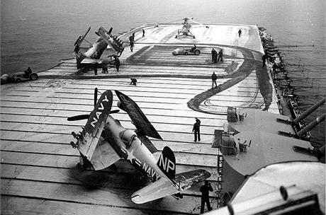 Přípravy na nálet na americké letadlové lodi USS Valley Forge. (1951)