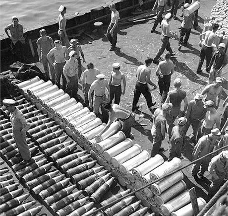 Příprava munice na americké letadlové lodi USS Toledo.