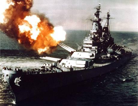 Americká bitevní loď USS Missouri ostřeluje korejský přístav Chongdžin. (říjen 1950)