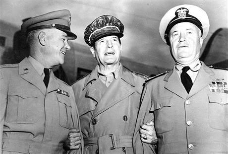 Generál MacArthur (uprostřed) s generálem Collinsem a admirálem Shermanem (vpravo). (srpen 1950)