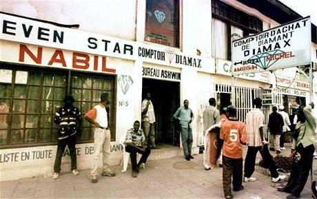 Výkupna surových diamantů v Kinshase, hlavním městě Demokratické republiky Kongo. (květen 2000)