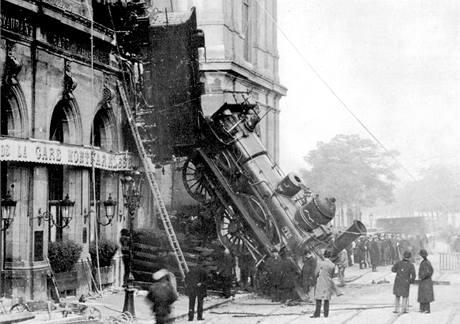 Vlaková nehoda na pařížském nádraží Montparnasse na méně známém snímku. (22. října 1895)