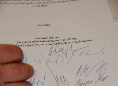 Návrh na změnu Ústavy, jímž by byla zrušena přestupková a doživotní imunita poslanců a senátorů, podepsali zástupci ODS, TOP 09 a Věcí veřejných.