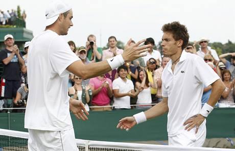 Američanovi Johnu Isnerovi (vlevo) blahopřeje Francouz Nicolas Mahut k vítězství v nejdelším zápase tenisové historie.