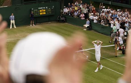 Ovace pro Johna Isnera, vítěze nejdelšího zápasu tenisové historie.