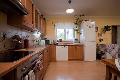 Okno v kuchyni by se časem mělo proměnit na dveře, kterými se bude chodit na novou terasu