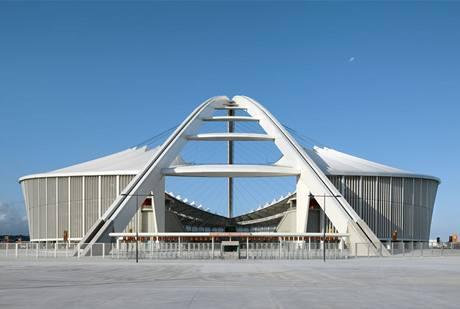 Konstrukce stadionu Mosese Mabhidy v Durbanu má připomínat vlajku JAR