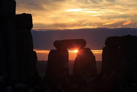 Slunce se letos na Stonehenge objevilo ve 4:52 místního času (21. června 2010)