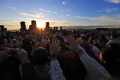 Lidé nastavili prvním paprskům nad Stonehenge dlaně (21. června 2010)