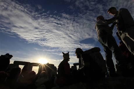 První paprsky se nad Stonehenge objevily ve 4:52 místního času (21. června 2010)