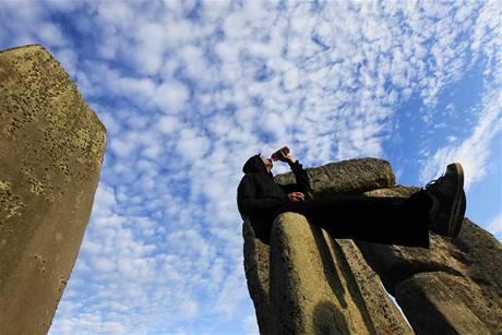 Na první paprsky nad Stonehenge čekaly tisíce lidí (21. června 2010)