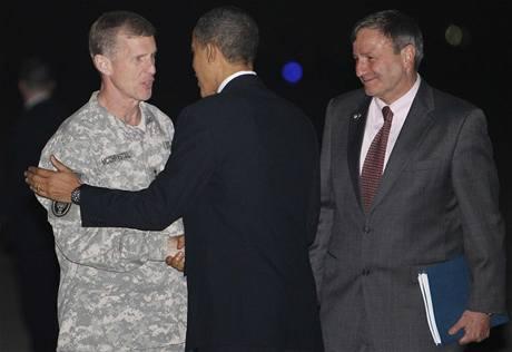 Americký prezident Barack Obama si třese rukou s generálem McChrystalem, velvyslanec Karl Eikenberry přihlíží (vpravo)