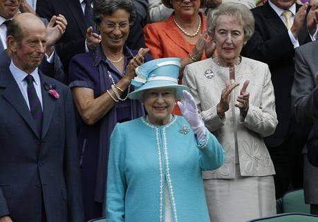Anglická královna Alžběta II. zdraví diváky tenisového Wimbledonu