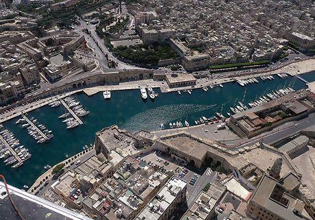Malta. Hlavní město Valletta z letadla, za chvíli přistáváme na vodě