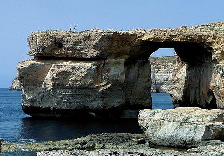 Ostrov Gozo a jeho 'okno' vysekané příbojem