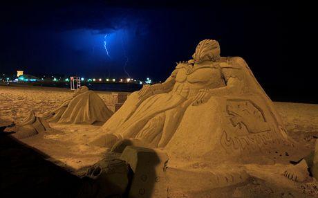 Udržovat sochy z písku v hezkém stavu dá dost práce