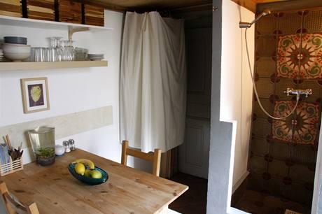 Zajímavý sprchový kout je dílem jednoho z předchozích nájemníků