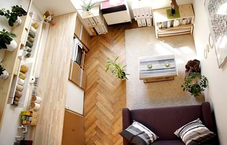 Kartony a krabice z nového nábytku mohou posloužit jako šuplík, dvířka nebo konferenční stolek s úložným prostorem. Obývací kuchyně je na patnácti metrech čtverečních