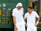 John Isner (vlevo) a Nicolas Mahut po nejdelším zápasu tenisové historie.