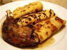 Konfitované kachní stehno s kysaným smetanovým zelím, bramborové lokše