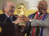Sepp Blatter (vlevo) a jihoafrický prezident Jacob Zuma s pohár pro mistry světa.