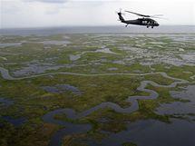 Vrtulník monitoruje únik ropy u břehů Mexického zálivu (24. června 2010)