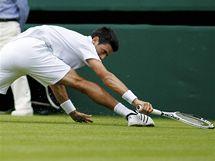 GYMNASTA. Srbský tenista Novak Djokovič v utkání ve Wimbledonu předvedl akrobatický zákrok.