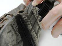 Opravovaný spoj vyčistěte acetonem nebo lihem