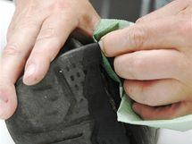 Při čistění si můžete pomoci i papírovým ubrouskem