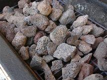 Vyjměte z grilu spodní mřížku s lávovými kameny
