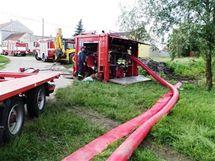 V Rajhradicích na Brněnsku dva dny hasiči bojovali s prosakující retenční nádrží