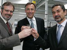 Otevření centra PNS - ředitel centra Radomil Juda (vpravo), majoritní vlastník Karl Hans Arnold a starosta Tuřan Miroslav Dorazil (vlevo)