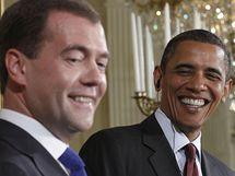 Ruský prezident Dmitrij Medveděv (vlevo) a jeho americký protějšek Barack Obama (24. červen 2010)